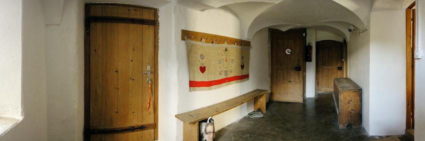 Flur mit Eingang und Garderobe